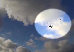 La telecamera su casco di un pilota di parapendio ha catturato il momento drammatico vicino ad una base militare nell'Inghilterra del Sud