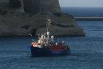 La Lifeline attracca a Malta: i migranti distribuiti in otto Paesi, la Germania non li accoglierà