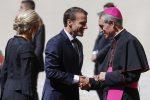 Il presidente francese Emmanuel Macron, con la moglie Brigitte, in Vaticano