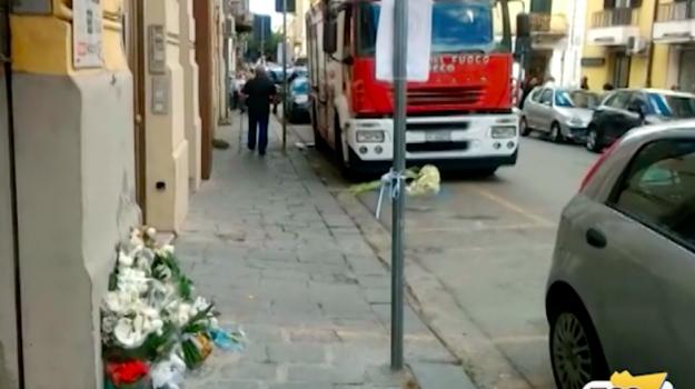 Bimbi morti in un incendio a Messina, il rogo da una presa dietro il frigorifero