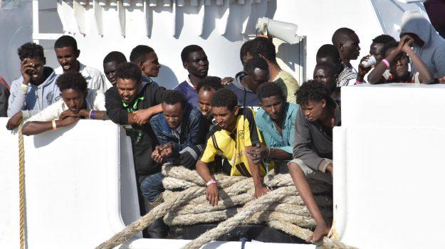 Migranti, altri mille alla deriva a bordo di sei barconi