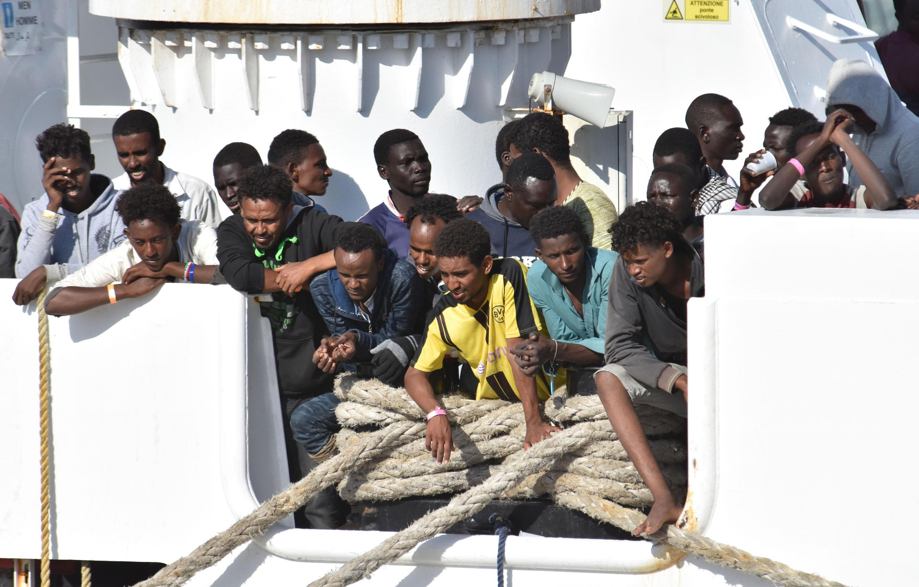 nave militare irlandese sbarca a messina, a bordo 106 migranti - gds