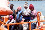 Migranti, una nave Frontex è in rada a Pozzallo