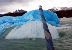 Si è staccato da un ghiacciaio ed è spuntata dall'acqua davanti ai turisti in gita in barca tra gli iceberg
