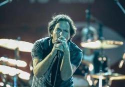 L'appello di Eddie Vedder e compagni che hanno suonato il celebre brano di Lennon mentre sui maxischermi veniva proiettato il disegno di un salvagente