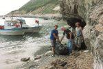 Isole Egadi, pescatori all'opera lungo le coste per la raccolta dei rifiuti marini