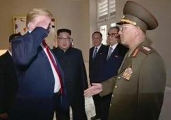 Il presidente Usa rompe il protocollo e fa il saluto a un generale nordcoreano