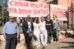 La protesta davanti all'Ipab di Caltanissetta (foto di Giorgio Dore)