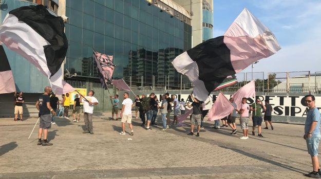 Una sequenza tratta da un video di Sky Sport mostra i giocatori in panchina del Frosinone mentre tirano un pallone in campo durante la partita col Palermo