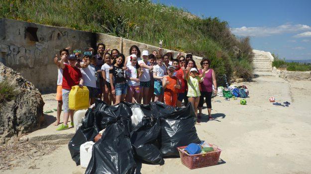 Alunni e genitori impegnati nella pulizia della spiaggia di Punta del Pero