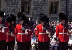 Al Castello di Windsor il cambio della guardia è stato un mezzo disastro