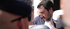 Salvini durante la visita all'hotspot di Pozzallo