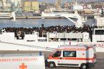 Sbarca a Catania la nave con 932 migranti: a bordo anche due cadaveri