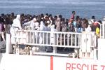Sbarco di migranti a Catania, in 800 trasferiti in altre regioni: le immagini dalla nave Diciotti