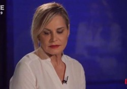 Torna «Belve» sul Nove. La conduttrice è la prima di quattro ospiti: «Troppa ingerenza politica in Rai, a Mediaset non è così»