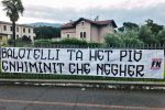 Lo striscione contro Mario Balotelli esposto da Forza Nuova a Brescia