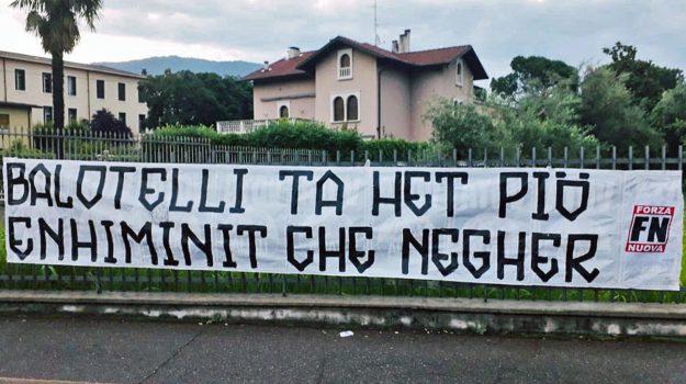 forza nuova, razzismo, striscione contro balotelli, Mario Balotelli, Sicilia, Cronaca
