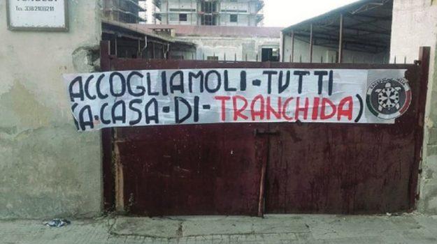 migranti, striscione casapound trapani, Trapani, Politica