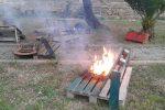 Tavoli bruciati al giardino urbano di Marsala