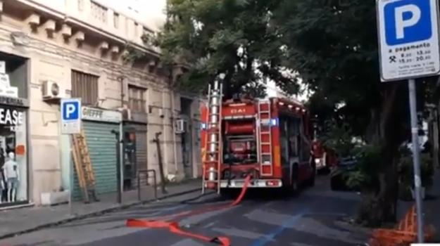 I vigili del fuoco in azione in via Ettore Lombardo