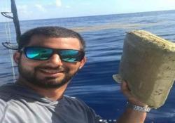 Durante una battuta di pesca a largo della Florida, all'amo di questo giovane è finito un pacco contenente un chilo di marijuana
