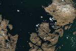 L'iceberg vicino al villaggio di Innaarsuit , nella costa orientale della Groenlandia, fotografato dal satellite europeo Sentinel-2A (fonte: modified Copernicus Sentinel data (2018), processed by ESA)