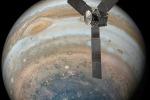Juno mentre orbita sul polo Sud di Giove (fonte: NASA/JPL-Caltech)