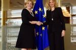 La commissaria Ue Cretu con la ministra Lezzi a Bruxelle - fonte: profilo Twitter Corina Cretu