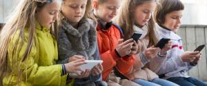 Bambini con lo smartphone