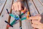 Immagine del piccolo drone che, ispirandosi alle ali degli insetti, robuste e flessibili, si apre e si chiude come un origami (fonte: Alain Herzog / EPFL)