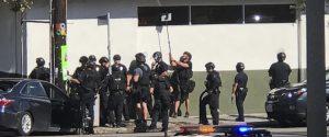 Un'immagine della polizia mentre il teenager è barricato nel market, Los Angeles