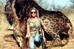 Foto sui social con una giraffa appena uccisa, è pioggia di insulti per una cacciatrice