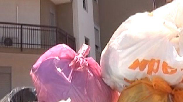 Cassonetti stracolmi di rifiuti a Palermo, l'emergenza in via Mandalà
