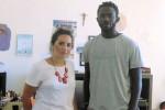 Chiara Lanzirotti, responsabile della struttura di Augusta insieme a Lamin, uno dei giovani immigrati