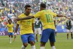 Firmino e Neymar esultano dopo la rete del 2-0