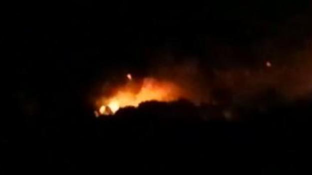 Afa a Palermo, le immagini dell'incendio divampato a Cinisi
