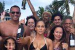 Bikini da urlo e champagne: Jennifer Lopez (in formissima) festeggia così i suoi 49 anni