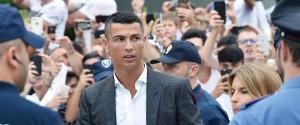 "Ronaldo a Torino canta ""Juve Juve"": le foto dell'arrivo al J Medical, tifosi in delirio"