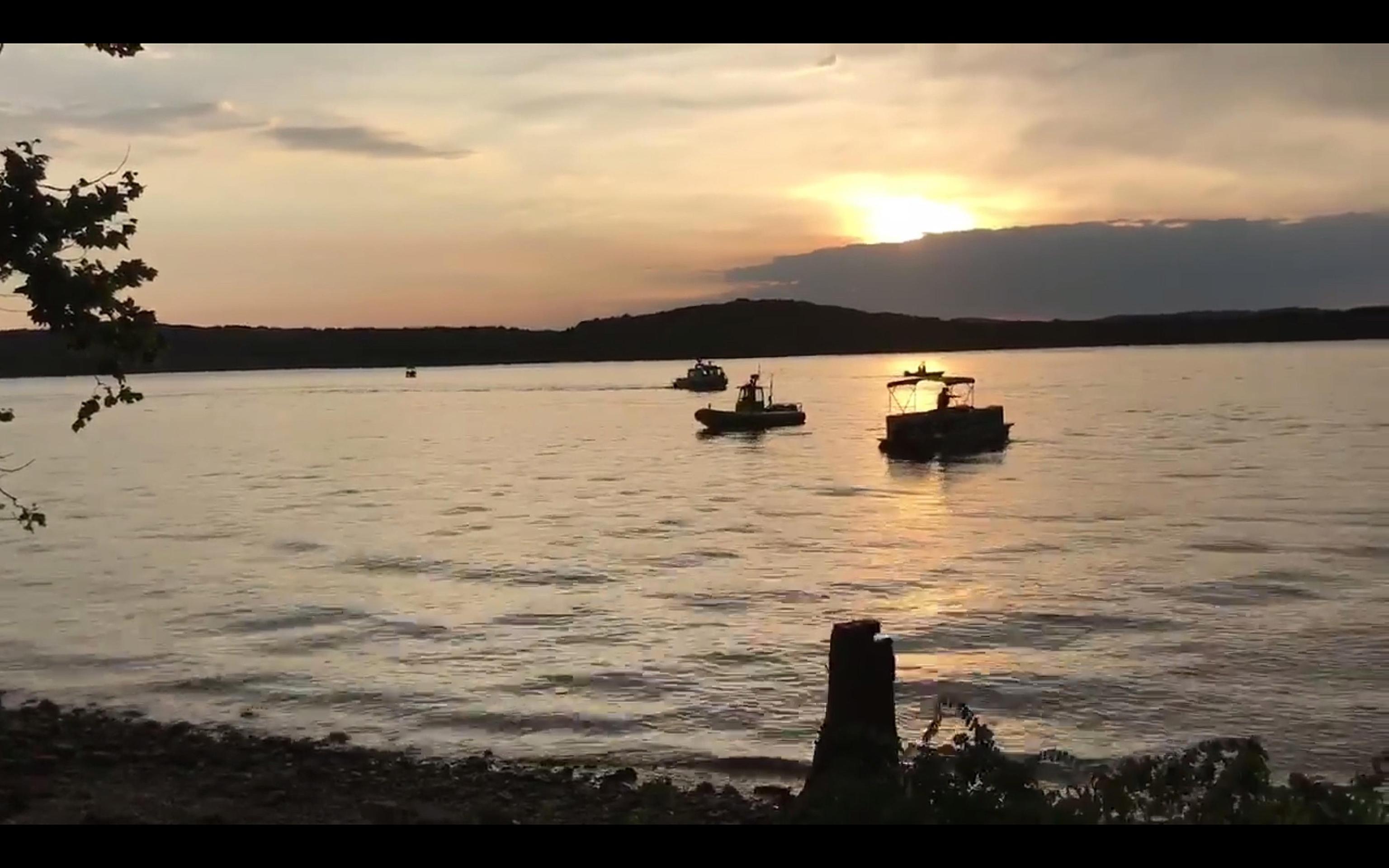 Barca da crociera si ribalta nel lago. Molti morti, diversi dispersi