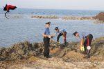 Usa un escavatore sulla spiaggia per realizzare il posto barca, una denuncia a Licata