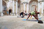 Yoga itinerante, tappa sulla spiaggia di Pozzitello a Campobello di Mazara