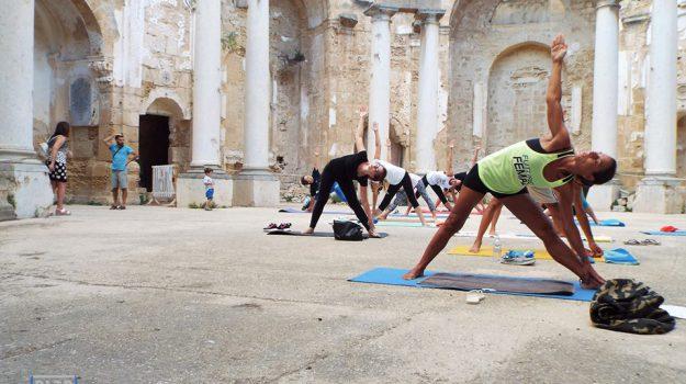 yoga itinerante, Trapani, Società