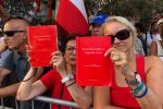 """Borsellino, un minuto di silenzio e agende rosse in via D'Amelio. Il fratello: """"26 anni di giustizia occultata"""""""