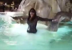 Dopo la Fontana di Trevi, l'ex concorrente del Grande Fratello si è tuffata in un'altra fontana storica di Roma