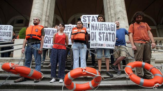 """Migranti, cinquanta attivisti si incatenano di fronte al Ministero dei trasporti: """"Aprite i porti"""""""