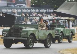 Sfilata a Goodwood per i primi esemplari della iconica Land Rover degli Anni '40