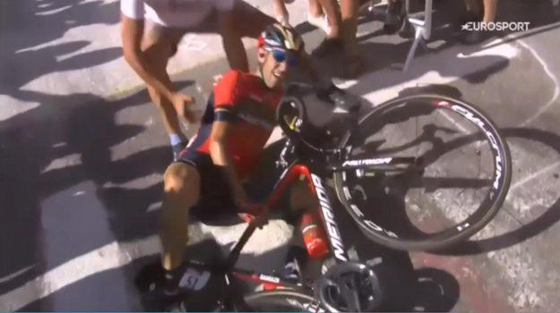 Il fermo immagine, tratto da un video di Eurosport, mostra la caduta di Vincenzo Nibali