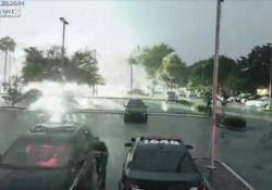Un fulmine si è abbattuto nel parcheggio del dipartimento di polizia di Apopka, in Florida