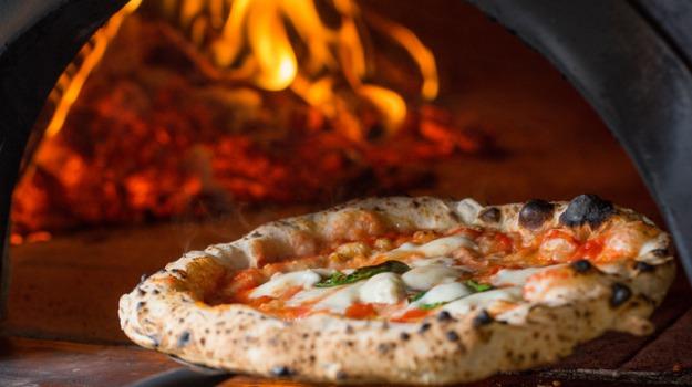 migranti pizzaioli caltagirone, Caltanissetta, Società