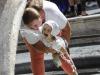 Ci si rinfresca a Piazza di Spagna a Roma